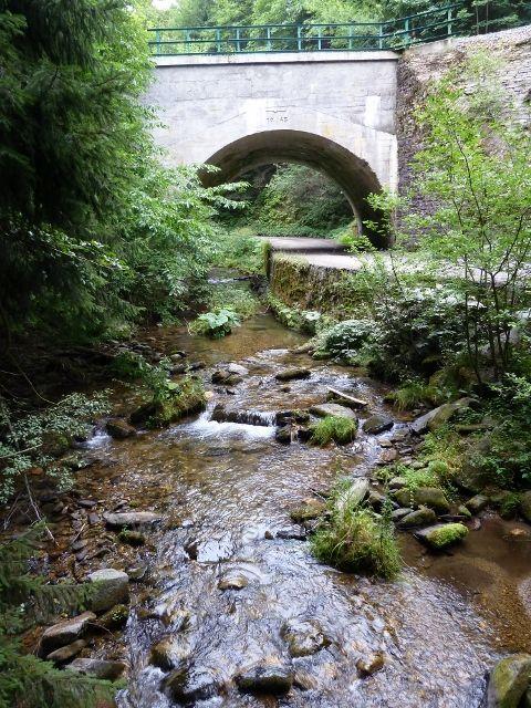 Branná - železniční viadukt přes říčku Branná a silničku k Banjaluce