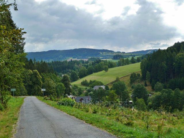 Orličky - pohled zev silničky z Jamného n.O. na dolní část Orliček a na Bukovou horu