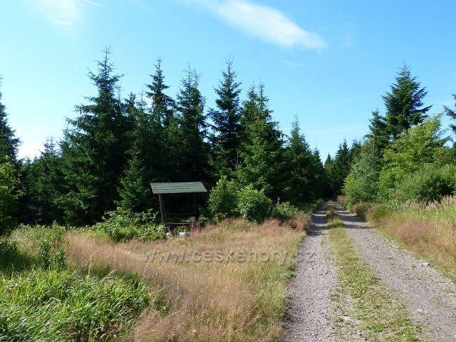 Buková hora - odpočívadlo u odbočky trasy po  zelené TZ  z cyklostezky 4071 k vrcholu Bukové hory