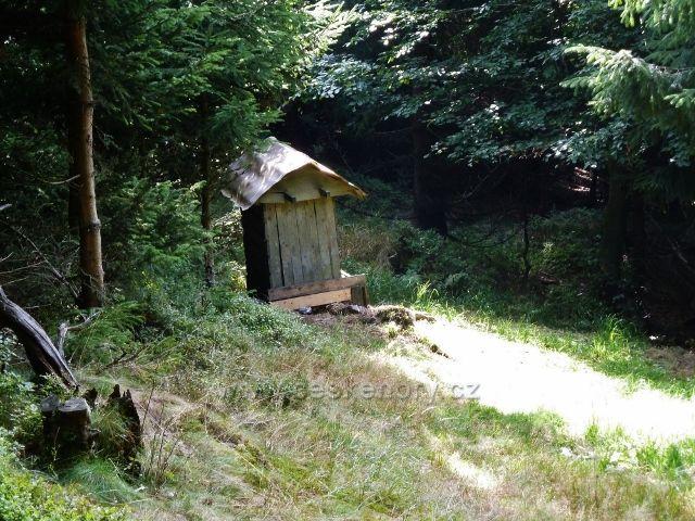 Buková hora - krmeliště před posedem z trasy po modré TZ k Výprachticím