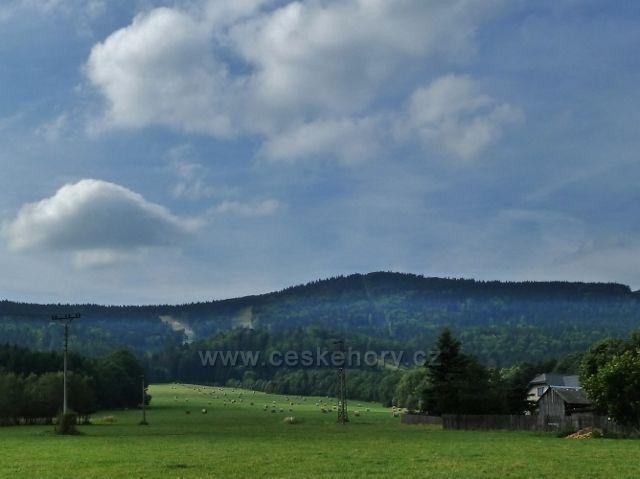 Mlýnický Dvůr - pohled na Bukovou horu ze silničky do Heroltic