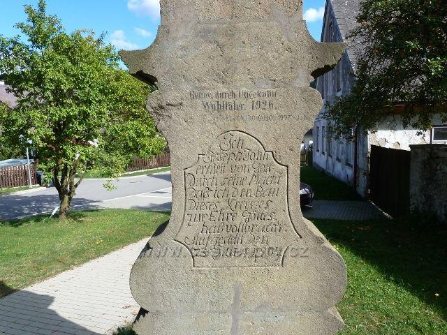Mlýnický Dvůr - nápis na zadní straně Božích muk stojících před kostelem