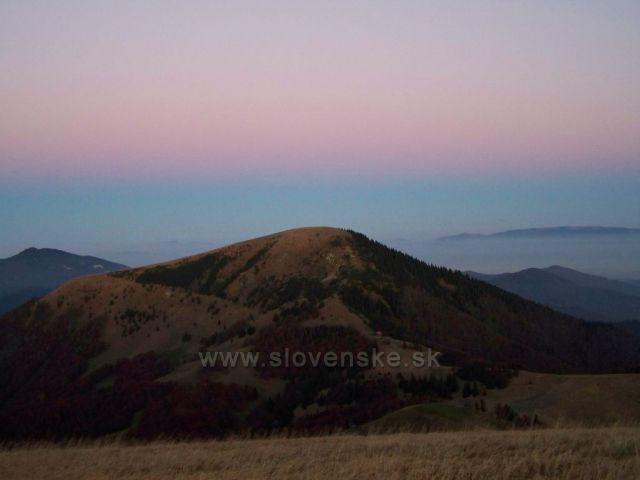 pomalé svítání na vrcholu Ploské.....