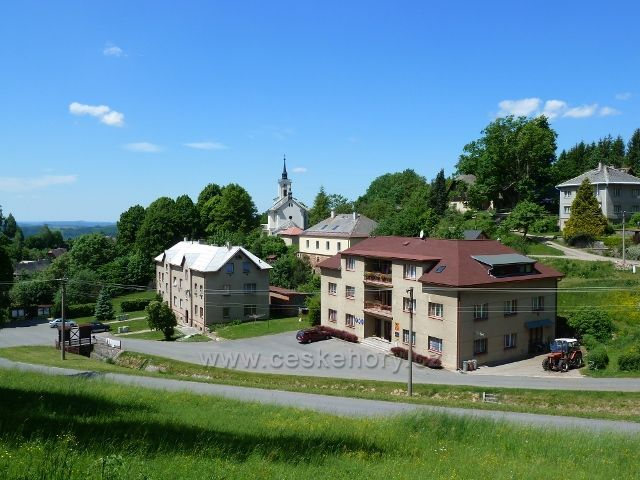 Jamné nad Orlicí - střed obce - obecní úřad a kostel