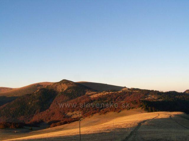 sluníčko začíná vykukovat na Chyžky a Suchý vrch.......