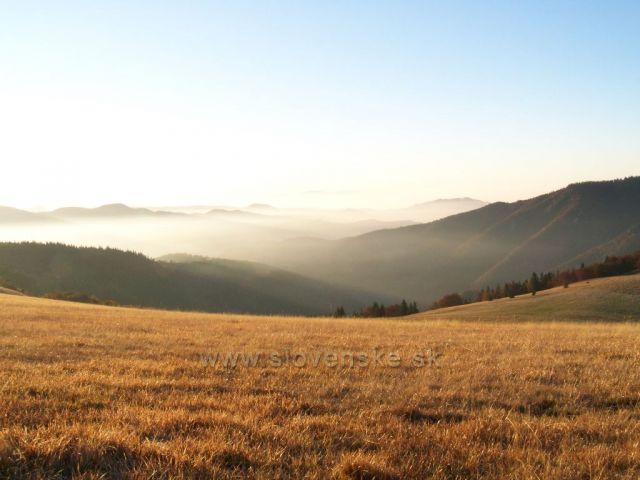 se závojem ranního oparu v údolí.....