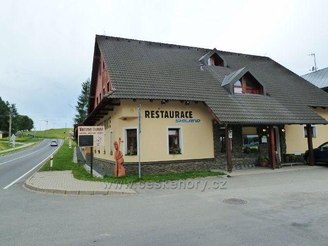 Ostružná - restaurace Skoland je součástí stejnojmenného hotelu a Muzea hudebních nástrojů