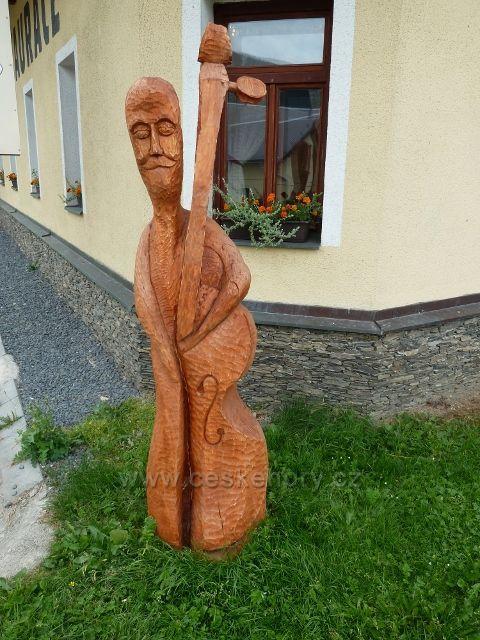 Ostružná - dřevěná plastika jako poutač Muzea hudebních nástrojů před restaurací Skiland