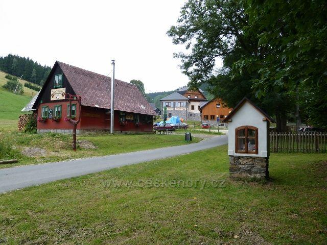 Ostružná - kaplička a rekreační objekty v obci