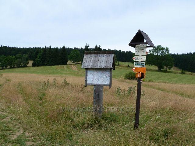 "Ostružná - turistický rozcestník a mapa v sedle v""Pod Stráží"" -810 m.n.m."