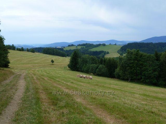 Kronfelzov - sestup po pastvinách Holého vrchu do osady Kronfelzov