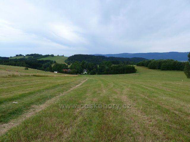 Kronfelzov - sestup po pastvinách Holého vrchu do osady Kronfedlzov