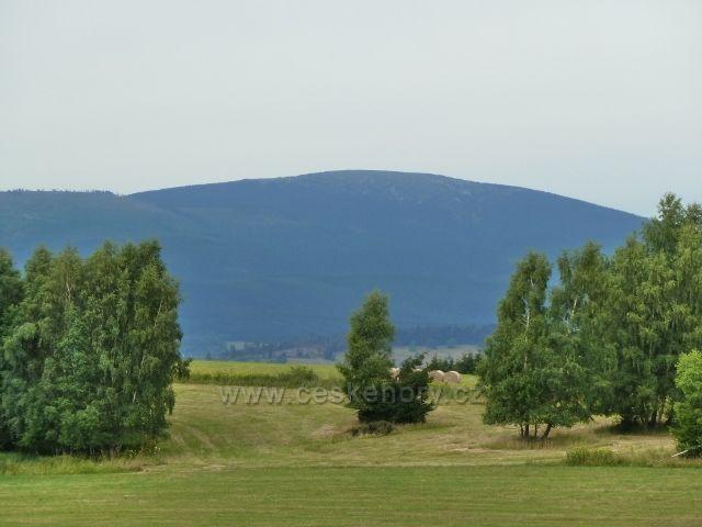 Kronfelzov - pohled z pastvin nad osadou na Kralický Sněžník