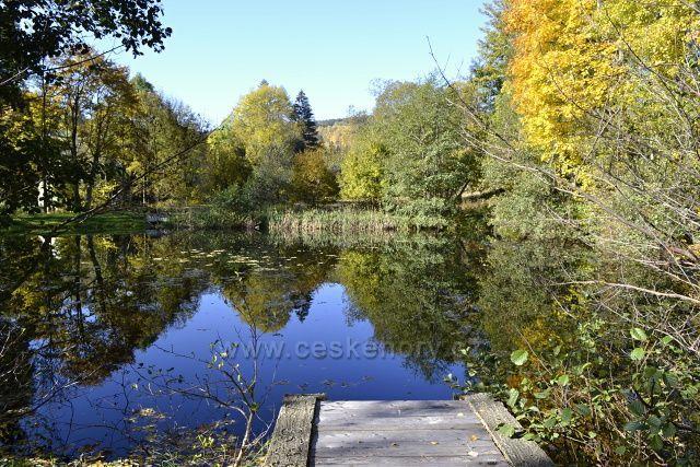Zrcadlení, rybníček v Karlově