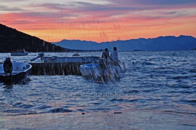Západ slunce a vodní tříšť
