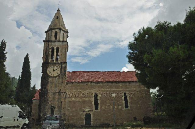 Kostel sv. Vida z auta za deště