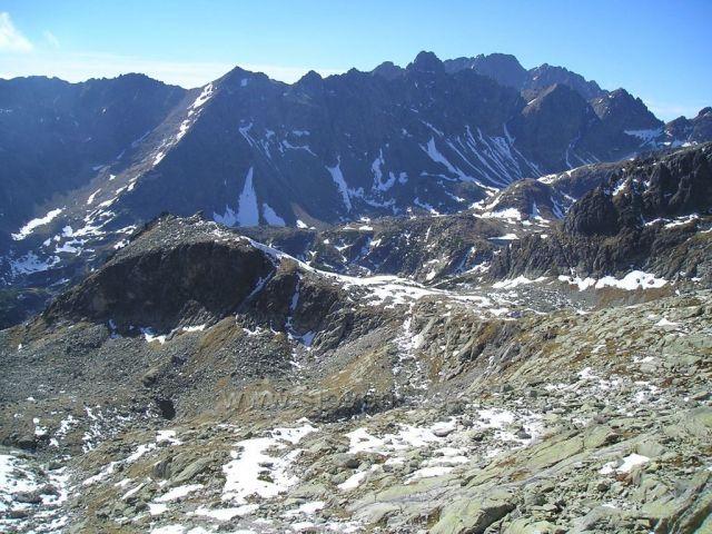 Pohled z Priečného sedla do Velké Studené doliny na Zbojníckou chatu