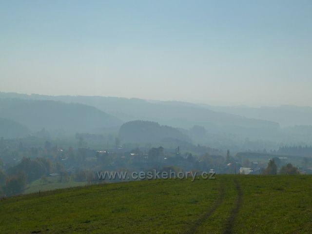 Písařov - mlha nad obcí, pohled z úbočí Hřebínku