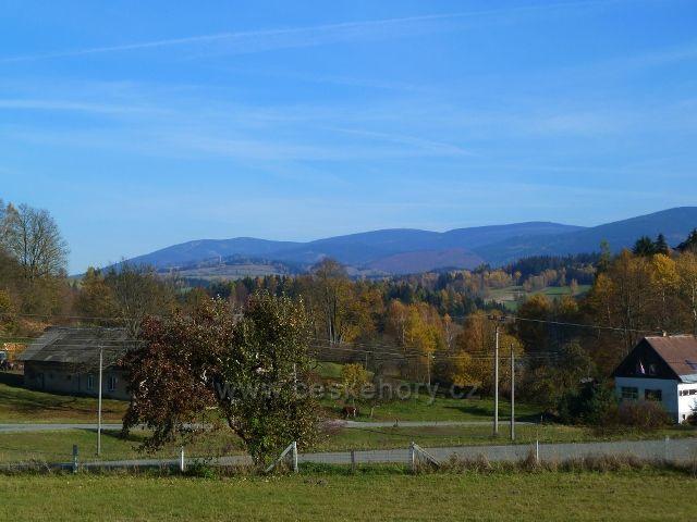 Habartice - pohled z obce na pásmo Jeseníků, vlevo na obzoru je Šerák