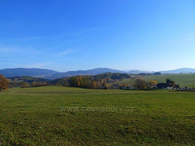 Habartice - pohled ze silničky do Vikantic na okolní pastviny