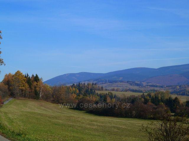 Habartice - pohled ze silničky do Vikantic na Šerák