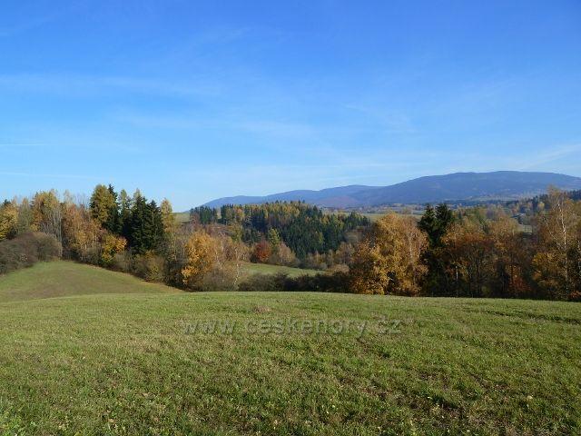 Habartice - pohled ze silničky do Vikantic k pásmu Jeseníků