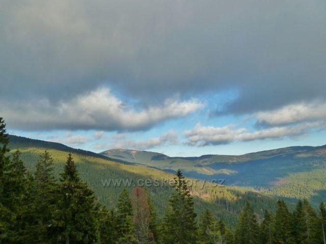 Dolní Morava - pohled z vrstevnicové cesty po červené TZ po úbočí Klepáče ke Kralickému Sněžníku