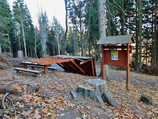 Dolní Morava - turistické odpočívadlo na rozcestí Pod Klepáčem rozlámané letošní červencovou vichřicí