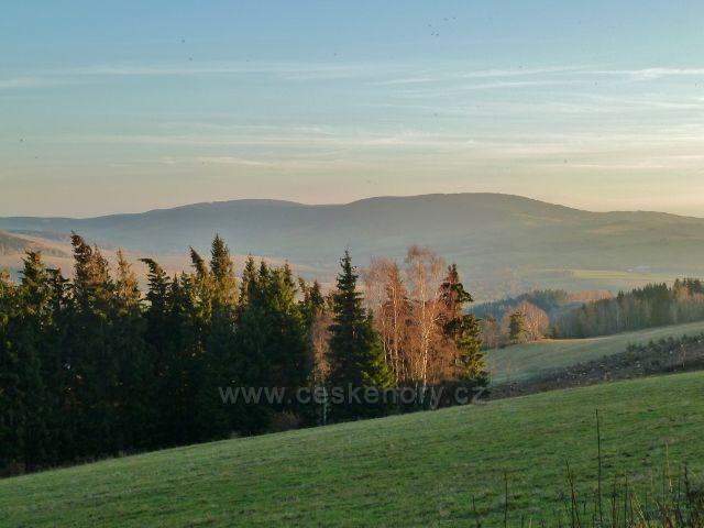 Dolní Morava - pohled  z parkoviště Pod Klepáčem na masiv vrchů Jeřáb a Bouda