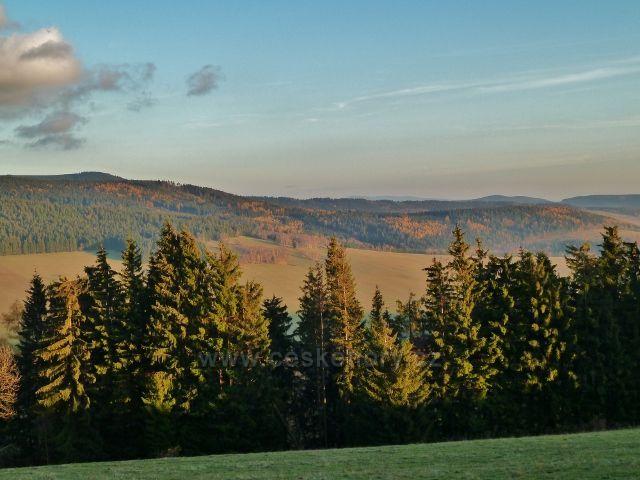 Dolní Morava - pohled z parkoviště Pod Klepáčem na protilehlé svahy údolí řeky Moravy