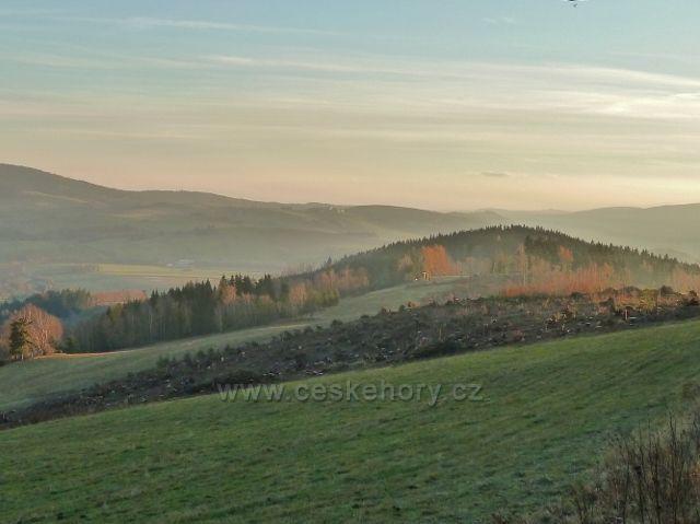 Dolní Morava - pohled z parkoviště Pod Klepáčem ke klášteru na Hedeči, v popředí je paseka po lesním porostu zlikvidovaném letošní červencovou vichřicí