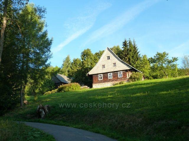Dolní Morava - horská chalupa nad silničkou k parkovišti Pod Klepáčem