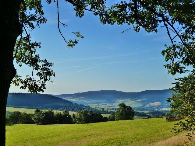 Dolní Morava - pohled ze silničky k parkovišti Pod Klepáčem do údolí řeky Moravy a k Hanušovické vrchovině