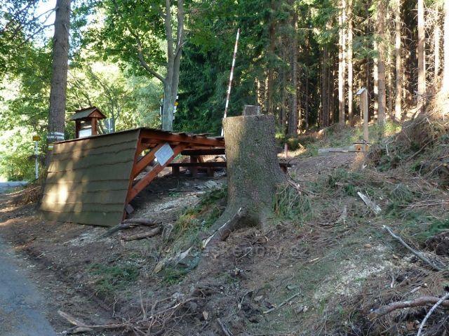 Dolní Morava - turistické odpočívadlo na rozcestí Pod Klepáčem poničené červencovou vichřicí