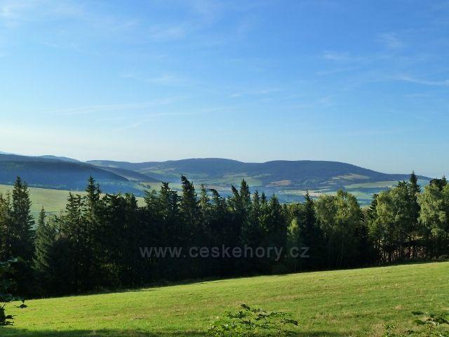 Dolní Morava - pohled z parkoviště Pod Klepáčem na masiv Jeřábu/1003 m.n.m./ v Hanušovické vrchovině