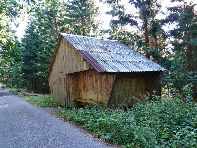 Dolní Morava - krmelec se zásobníkem u vrstevnicové cesty po žluté TZ ke Zbojnické chatě