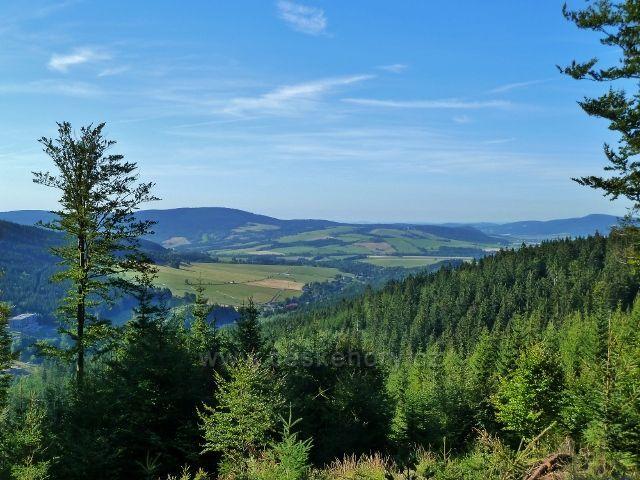 Dolní Morava - pohled do údolí řeky Moravy, ke klášteru na Hedeči a k rozhledně na Valu.Vlevo na obzoru masiv Jeřábu.