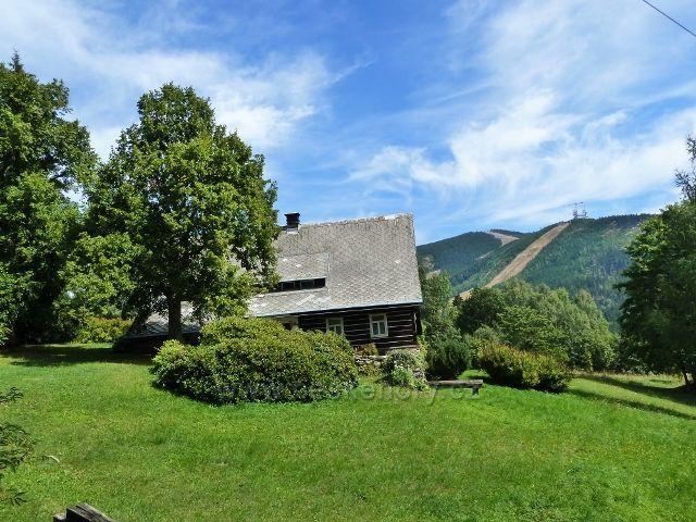 Dolní Morava - chalupa v osadě Horní Morava, v pozadí Slamník