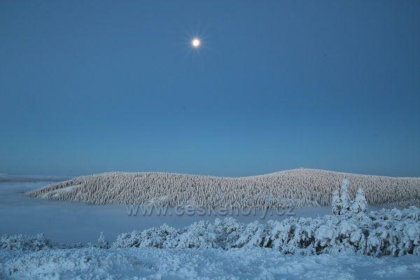 Vozka brzy ráno od Červené hory. Měsíček nám ještě pěkně svítí.