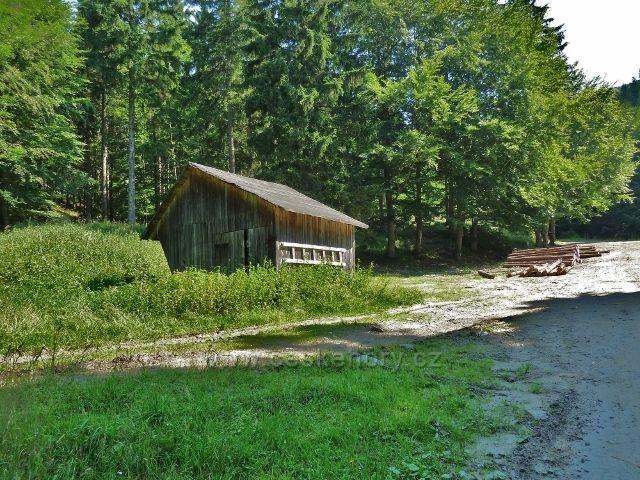 Branná - krmelec na konci lesní silničky v údolí Klepáčského potoka
