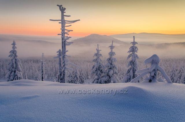 Mrazivé svítání - Bílé Kameny - pohled na osadu Jizerku s Bukovcem - 21.01.2016 teplota -26,5°C
