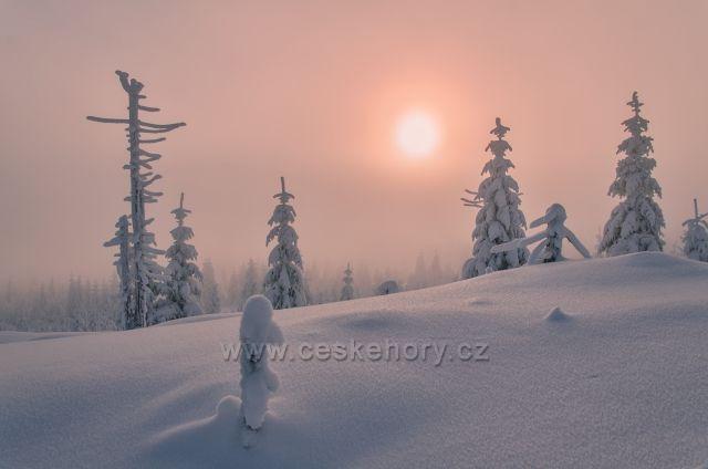 Mlžné svítání na Vlašském hřebeni na Bílých kamenech.