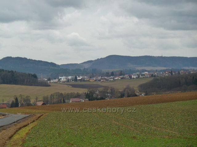 Lukavice - pohled z nové silničky na letiště k Žamberku, v pozadí Litický Chlum