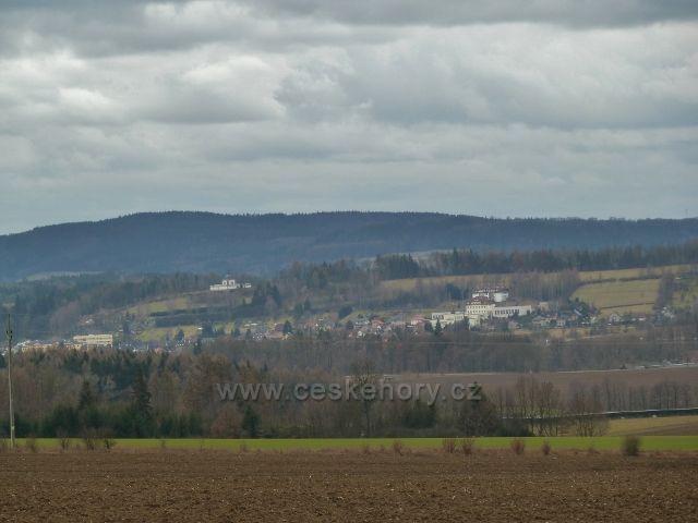 Lukavice -pohled z nové silničky na letiště na kapli a průmyslovku v Letohradu