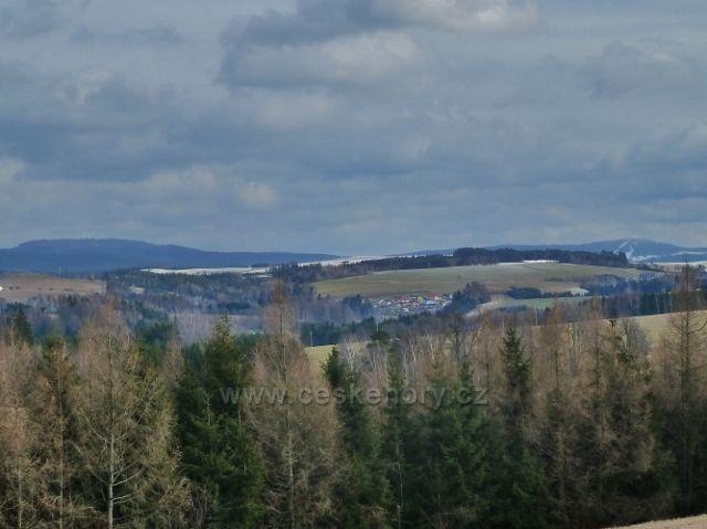 Lukavice - pohled z letiště na pásmo od Suchého vrchu k Bukové hoře
