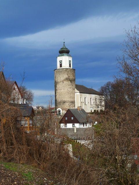 Žulová - kostel Svatého Josefa je vestavěn do zbytků raně gotického hradu Frýdberk