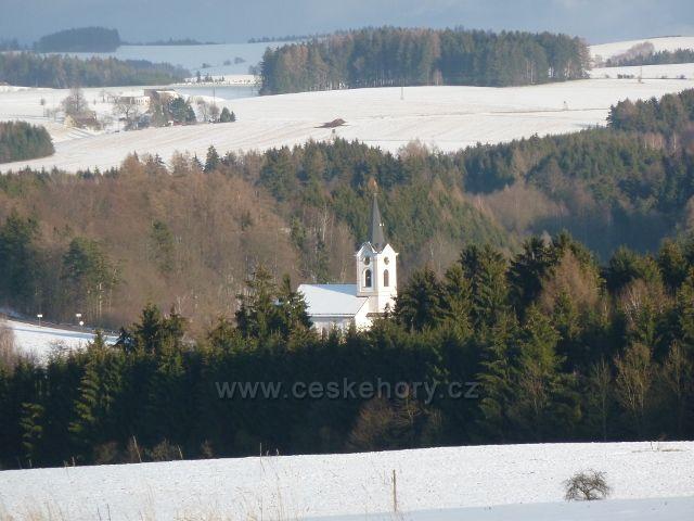 Žamberk - pohled na kostel v Líšnici z okraje zámeckého parku