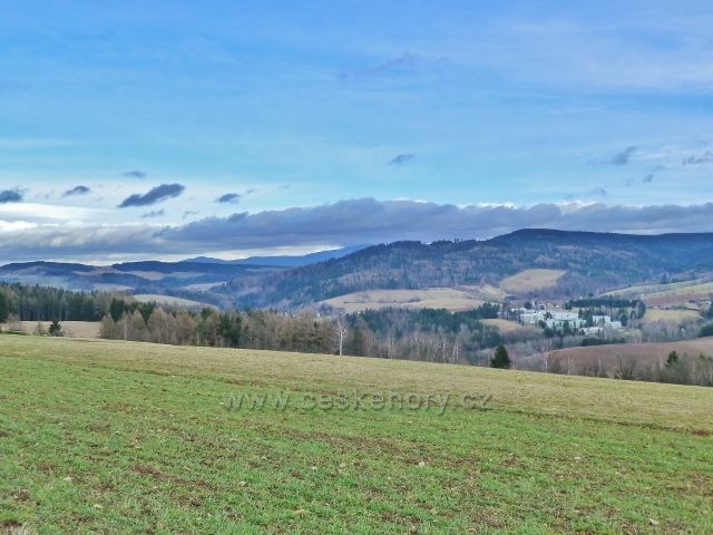 Sobkovice - pohled z Frantova kopce k masivu Králického Sněžníku