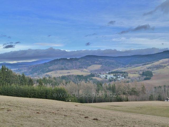 Sobkovice - pohled z Frantova kopce na Těchonín. Nad ním je vrch Hejnov/711 m.n.m./ a vrch Vysoký kámen/843 m.n.m./