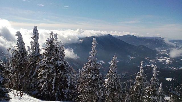 Pohled na přikrádající se mlhu z východu. Lysá hora.